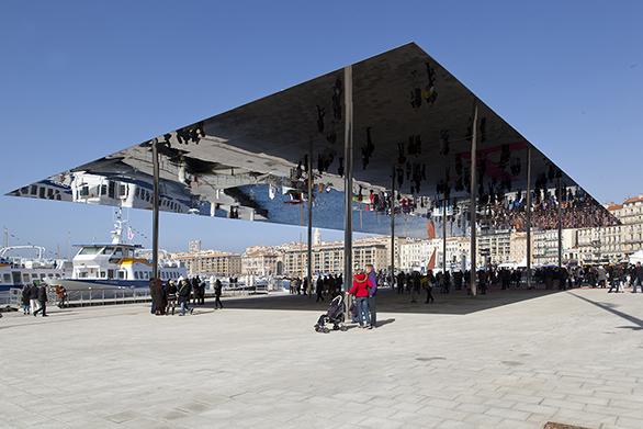 Le Vieux-Port de Marseille, vu depuis l'ombrière